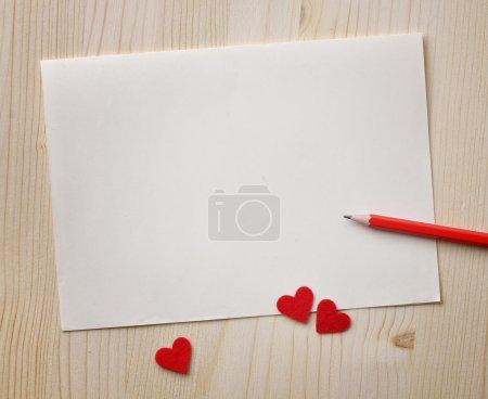 Photo pour Notes de l'amour. fond pour le dessin au crayon rouge et de coeurs rouges - image libre de droit
