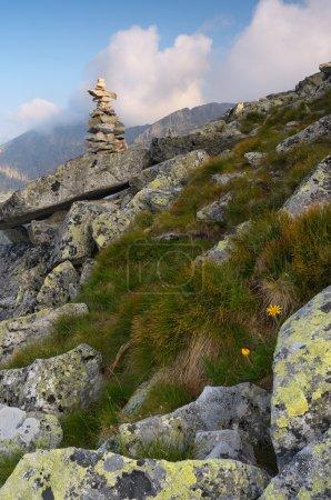 Photo pour Paysage de montagne avec un monument en pierre - image libre de droit