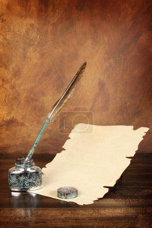 Photo pour Une feuille vierge de papier et de plume - image libre de droit