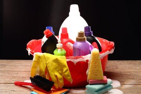 Photo pour Produits chimiques ménagers pour le nettoyage sur noir - image libre de droit