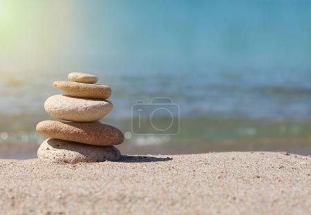 Photo pour Pile de pierres sur le sable - image libre de droit