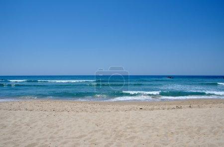 Photo pour Mer bleue et sable sur la plage - image libre de droit