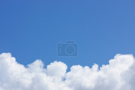 Photo pour Ciel bleu avec des nuages blancs - image libre de droit