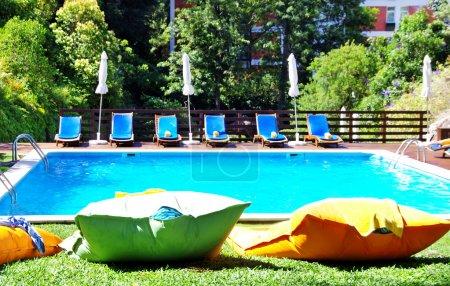 Photo pour Piscine avec eau bleue près du jardin - image libre de droit