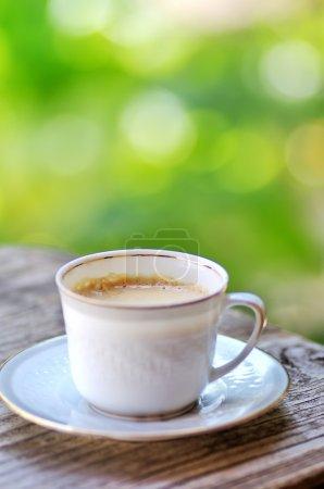 Photo pour Tasse de café sur une table en bois - image libre de droit