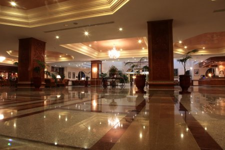 Photo pour Hall de l'hôtel moderne avec sol en marbre - image libre de droit