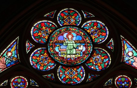 Photo pour Vitrail coloré dans la cathédrale Notre Dame de Paris - image libre de droit