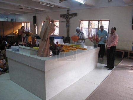 Photo pour Pèlerins prier à côté de la tombe de mère teresa à kolkata, Bengale, Inde sur jan 27,2009. - image libre de droit