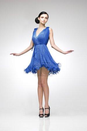 Photo pour Brune élégante en robe bleue posant en studio - image libre de droit