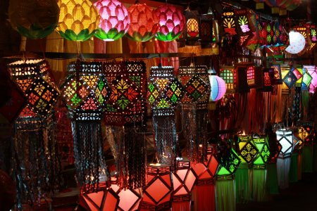 Photo pour Superbes lanternes exposées à la vente à l'occasion du festival Diwali en Inde - image libre de droit