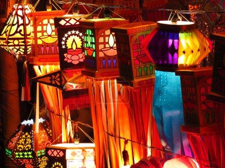 Photo pour Lanternes indiennes traditionnelles à vendre à l'occasion du festival Diwali en Inde - image libre de droit