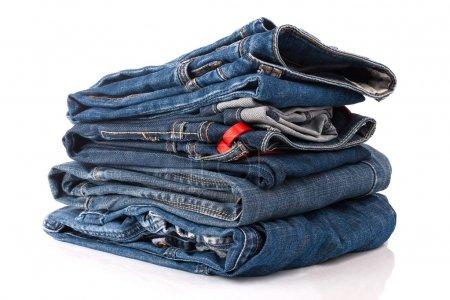 Photo pour Tas de pantalons de jeans en denim bleu - image libre de droit