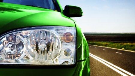 Photo pour Voiture verte sur la route - image libre de droit