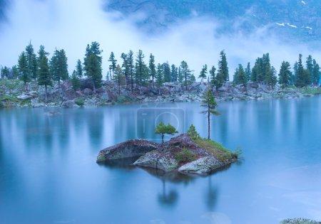 Photo pour Paysage nocturne du lac de montagne sous la pluie. Montagnes Ergaki, Russie . - image libre de droit