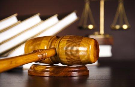Photo pour Échelles de justice, marteau et livres - image libre de droit