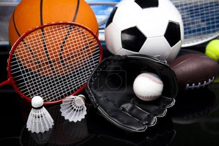 Photo pour Quatre sports, beaucoup de balles et tout. - image libre de droit