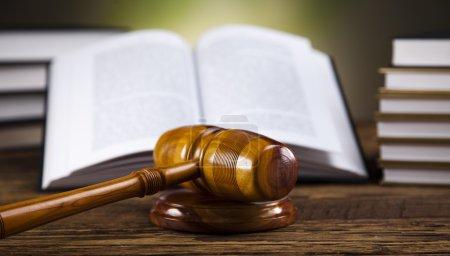 Photo pour Gavel et livres en bois - image libre de droit