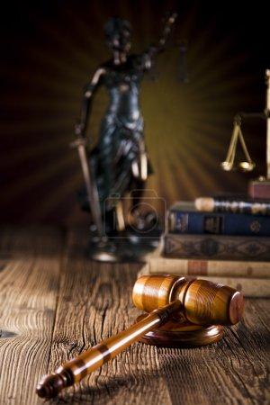 Photo pour Juges marteau en bois et livres de droit - image libre de droit