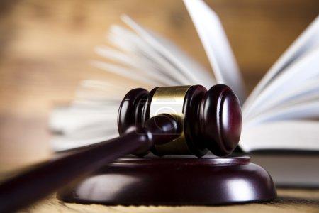 Photo pour Gavel en bois et livres de loi gros plan - image libre de droit