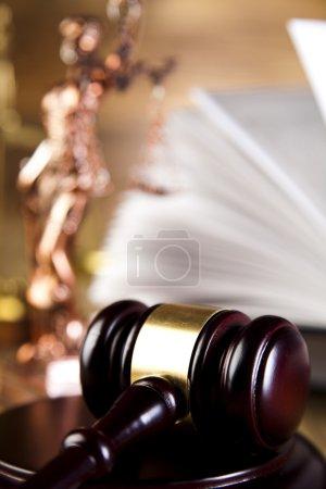 Photo pour Les échelles de livre gavel, la justice et la Loi - image libre de droit