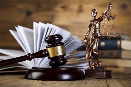Photo pour Statue de dame justice avec marteau juge et livre de droit ouvert sur table en bois - image libre de droit