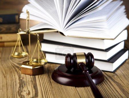 Foto de Mazo de madera marrón oscuro, libros de derecho y escalas en primer plano de la mesa - Imagen libre de derechos