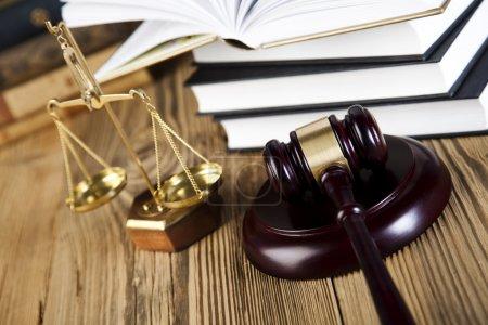 Photo pour Gavel en bois sur le livre ouvert du droit, concept de justice, système juridique - image libre de droit