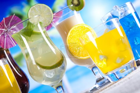 Photo pour Divers cocktails tropicaux aux fruits juteux - image libre de droit