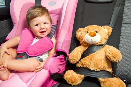 Photo pour Bébé dans un siège de voiture de sécurité. sûreté et sécurité - image libre de droit