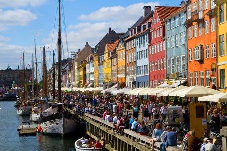 Photo pour Nyhavn à Copenhague, Danemark - l'un des lieux touristiques les plus populaires de la capitale danoise . - image libre de droit