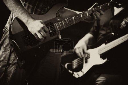 Photo pour Guitares de rock band avec une guitare - image libre de droit