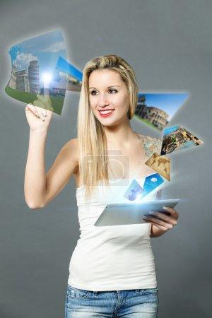 Photo pour Photo conceptuelle de la femme réservant ses vacances avec un appareil à écran tactile - image libre de droit