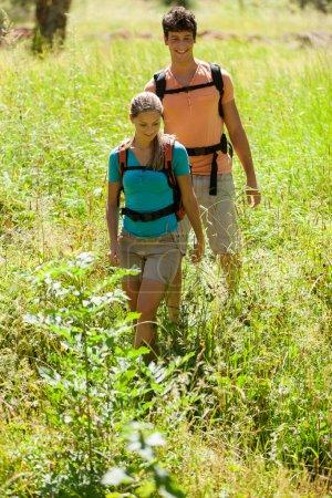 Photo pour Jeune couple fait le suivi dans les bois - image libre de droit