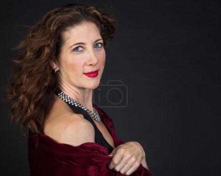 Photo pour Belle femme d'âge moyen avec une écharpe rouge . - image libre de droit