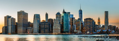 Photo pour Manhattan. Panorama de New York City skyline en soirée - image libre de droit