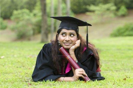 Indienne diplômée avec les pouces levés