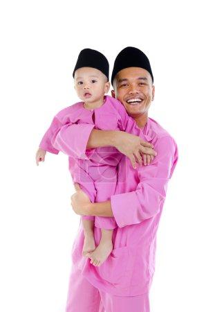 Photo pour Père et fils malais pendant hari raya - image libre de droit