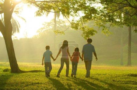 Foto de Disfrutar del tiempo de calidad familiar al aire libre, silueta asiática durante el hermoso amanecer - Imagen libre de derechos