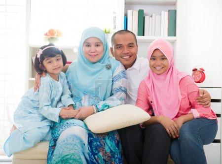 Photo pour Famille malaise indonésienne passer un bon moment - image libre de droit