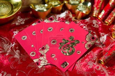 Photo pour Ang pow, articles de nouvel an chinois avec beaucoup de décorations de nouvel an chinois - image libre de droit