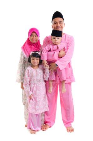 Photo pour Famille malaise pendant hari raya isolé sur blanc - image libre de droit