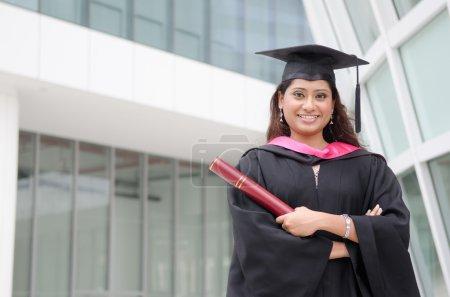 joven india mujer graduado con campus fondo