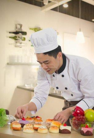 Photo pour Chef chinois asiatique, préparer de la nourriture pour son client avec fond de cuisine - image libre de droit