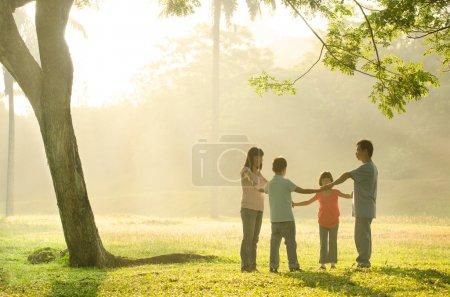 feliz asiático familia teniendo calidad tiempo jugando en la al aire libre gr