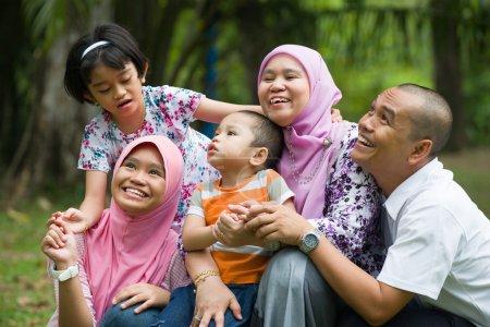 Photo pour Mode de vie photo de famille malaise s'amuser dans le parc, malais - image libre de droit