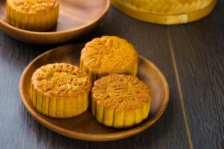 Photo pour Mooncake, mets chinois traditionnels au cours de la fête d'automne mi - image libre de droit