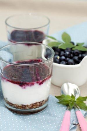 Dessert mit Blaubeeren und Joghurt