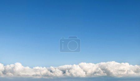 Photo pour Ciel bleu clair ensoleillé avec des nuages au fond - image libre de droit