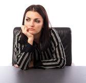 Fiatal üzletasszony íróasztalnál ülve gondolkodás