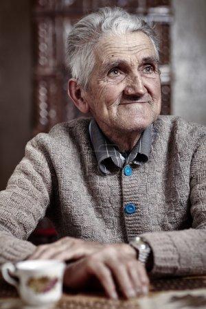 Photo pour Heureux vieil homme intérieur ayant sa tasse de café du matin - image libre de droit